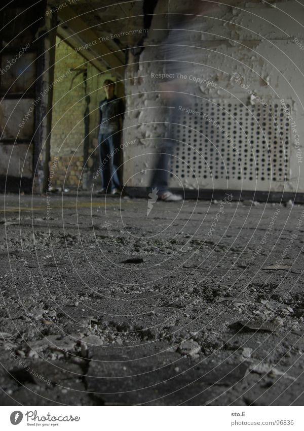 illusion@ausbruchversuch 2 Körperhaltung Wand Mauer Nische Schacht Raum Durchgang Haus Muster gefangen gestellt stehen gehen stoppen schwarz weiß T-Shirt Hose