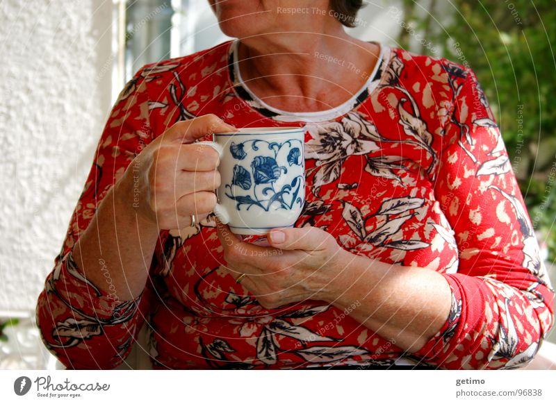 Die gute Fee Frau Hand Blume Sommer Garten Kaffee trinken Tee Café Tasse Getränk Blumenmuster