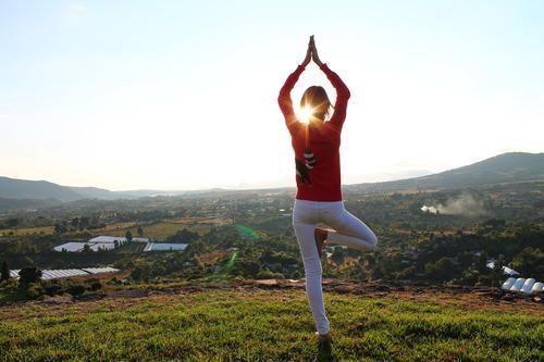 oben Lifestyle schön Körper Gesundheit Wellness Leben Erholung ruhig Meditation Freiheit Berge u. Gebirge Yoga feminin Junge Frau Jugendliche 1 Mensch Umwelt