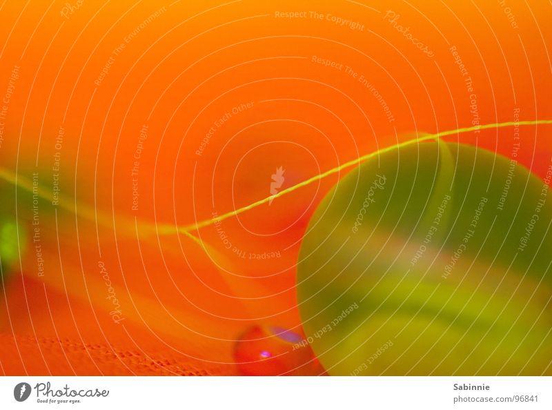 Planeten im Winzformat winzig grün klein Glasperle Stoff Nähgarn Kunststoffperle Makroaufnahme Nahaufnahme Perle orange Chiffon