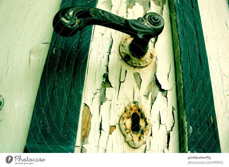 Schlüsselochgucker... Schlüsselloch Altbau Griff Ruine dreckig grün weiß geheimnisvoll Außenaufnahme verfallen Vergänglichkeit obskur Tür alt abgeblettert Farbe