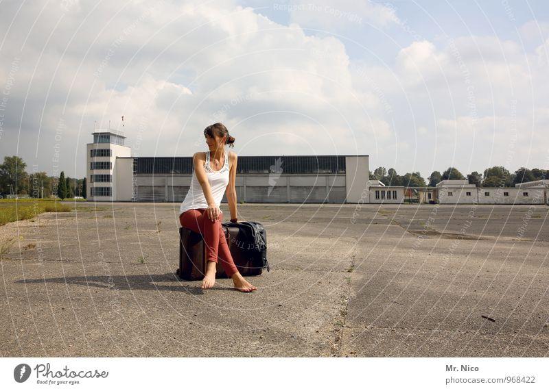 Ab in den Urlaub ! Himmel Ferien & Urlaub & Reisen Jugendliche Wolken 18-30 Jahre Umwelt Erwachsene feminin Gebäude Mode Lifestyle Tourismus sitzen warten