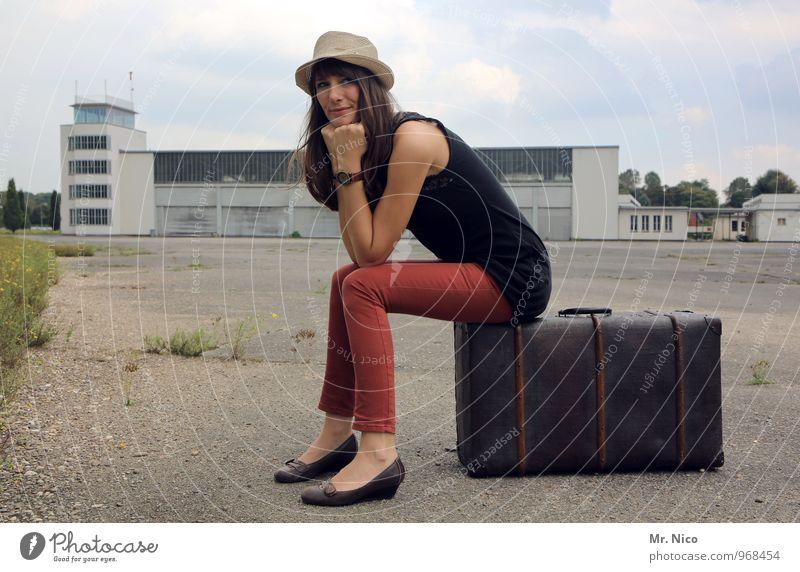 Ab in den Urlaub ! Mensch Ferien & Urlaub & Reisen Jugendliche Einsamkeit 18-30 Jahre Erwachsene feminin Gebäude Zeit Mode Lifestyle Tourismus sitzen warten