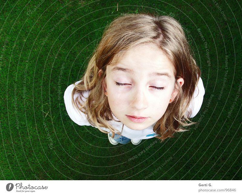 blickdicht Mädchen Jugendliche Kind blond Scheitel blenden Wiese grün weiß Erwartung Gesicht geschlossene Augen Gefühle Zufriedenheit Haare & Frisuren