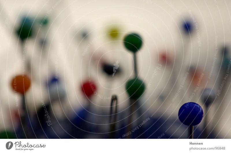 Neulich bei der Akupunkteuse grün blau rot schwarz gelb Stoff rund Kunststoff Kugel Handwerk Nähgarn stechen Nadel Nähen Stecknadel Schlaufe