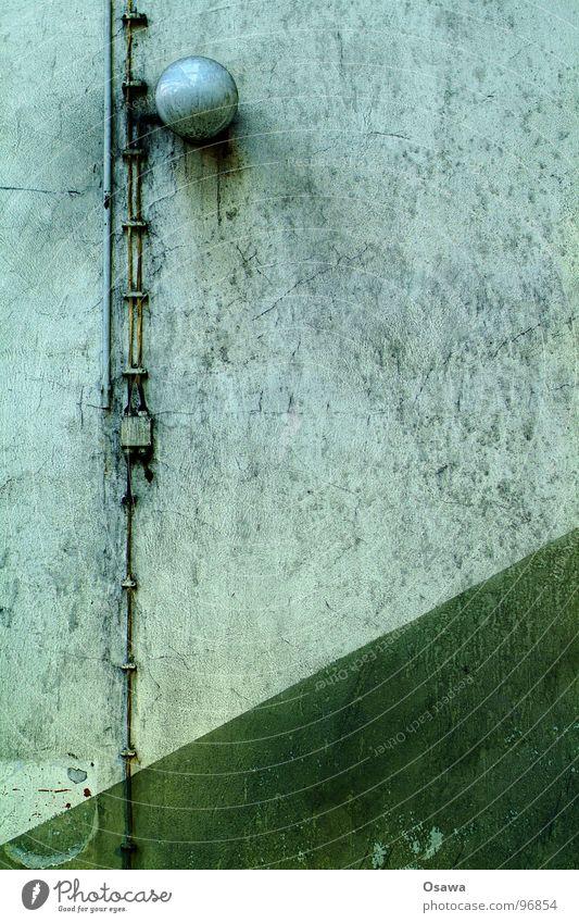 VEB Elektrokohle 08 alt grün Einsamkeit Lampe Wand dreckig Industriefotografie Kabel Fabrik verfallen DDR diagonal Kunstwerk verwohnt