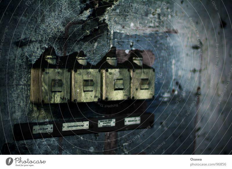 VEB Elektrokohle 09 alt Einsamkeit Wand grau dreckig Industriefotografie Kunststoff verfallen Putz Tiefenschärfe Schalter verrotten Steuerelemente Lichtschalter