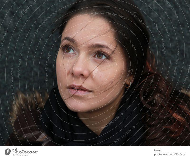 . Mensch Jugendliche schön Junge Frau Wand feminin Mauer träumen warten beobachten langhaarig Mantel Erwartung rothaarig Ohrringe