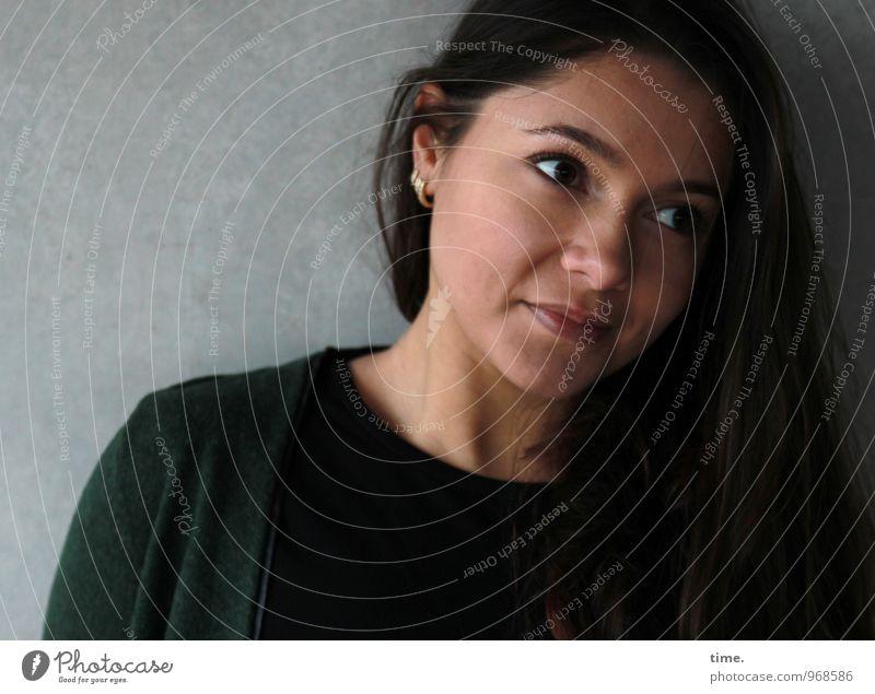 . Mensch Jugendliche schön Junge Frau dunkel Wand Leben feminin Mauer Denken warten beobachten Neugier Vertrauen Konzentration Jacke