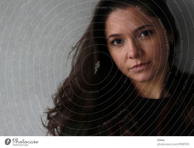 . feminin Junge Frau Jugendliche 1 Mensch Mauer Wand brünett langhaarig beobachten Blick warten schön Gefühle Willensstärke Mut Vertrauen Wachsamkeit