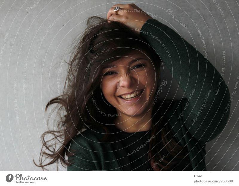 . feminin Junge Frau Jugendliche 1 Mensch Mauer Wand Strickjacke Ring brünett langhaarig Locken lachen schön Gefühle Freude Fröhlichkeit Lebensfreude