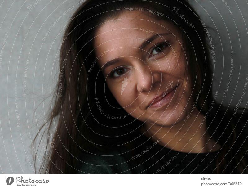 . feminin Junge Frau Jugendliche 1 Mensch Mauer Wand Jacke brünett langhaarig beobachten Lächeln Blick warten schön Wärme Glück Lebensfreude Vertrauen