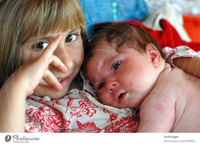 geschwisterliebe 5jahre&frischling Schwester Geschwister Gefühle Kind Mädchen Baby Wunsch Zukunft drücken schlafen Kleinkind Liebe Haut Verbindung Frieden