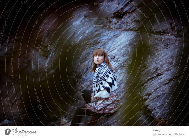dark feminin Junge Frau Jugendliche 1 Mensch 18-30 Jahre Erwachsene Umwelt Natur Herbst Mode dunkel schön kalt Farbfoto Gedeckte Farben Außenaufnahme Tag