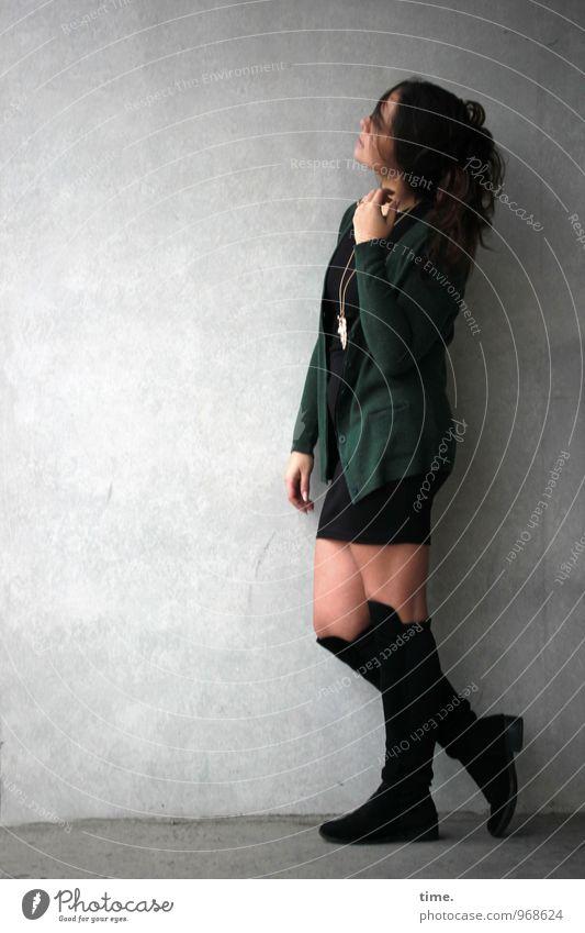 . feminin Junge Frau Jugendliche 1 Mensch Mauer Wand Rock Jacke Stiefel brünett langhaarig beobachten stehen träumen warten schön Stadt Gefühle Zufriedenheit