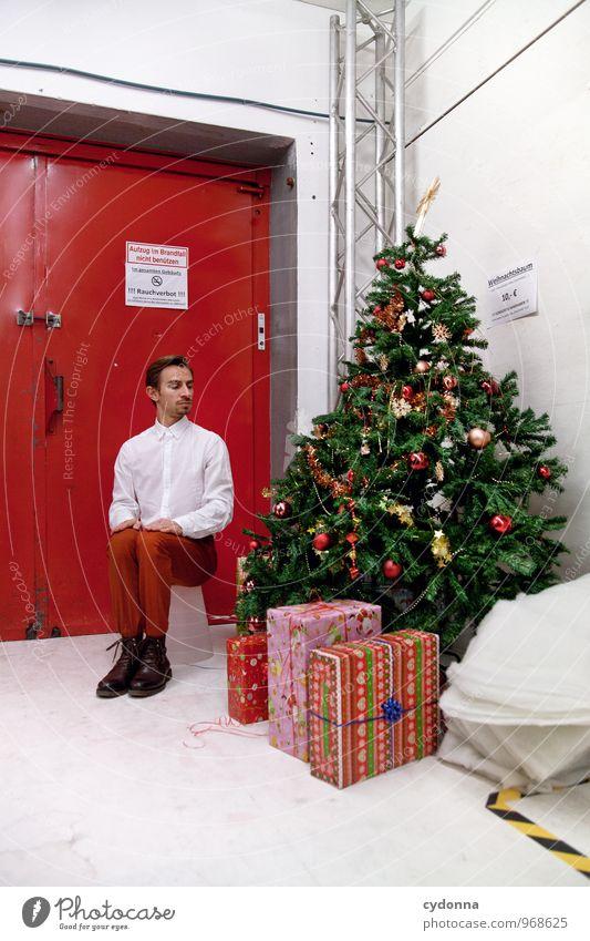 Immer schön artig? Mensch Jugendliche Weihnachten & Advent Junger Mann 18-30 Jahre Erwachsene Leben Gebäude Feste & Feiern Lifestyle Raum Ordnung Tür Pause