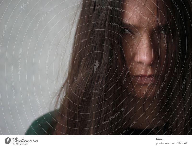 . Mensch Jugendliche Junge Frau dunkel Traurigkeit feminin warten beobachten bedrohlich Wut Konzentration brünett Stress Konflikt & Streit Kontrolle langhaarig