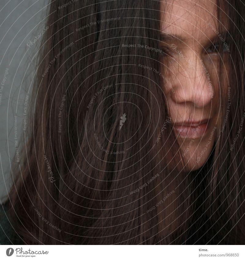 . feminin Junge Frau Jugendliche 1 Mensch Mauer Wand brünett langhaarig beobachten Denken Lächeln Blick warten schön selbstbewußt Vertrauen Sicherheit Schutz