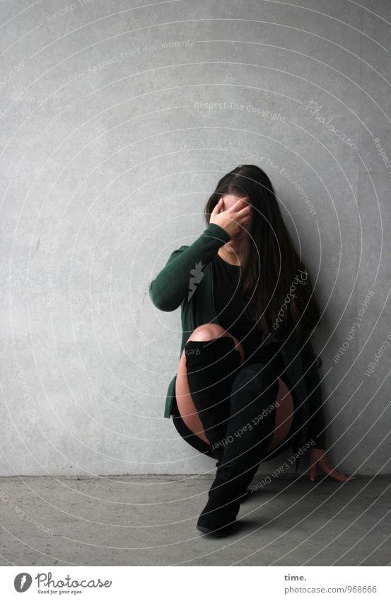 . feminin Frau Erwachsene 1 Mensch Mauer Wand Rock Jacke Stiefel brünett langhaarig Denken hocken warten schön Traurigkeit Sorge Müdigkeit Einsamkeit