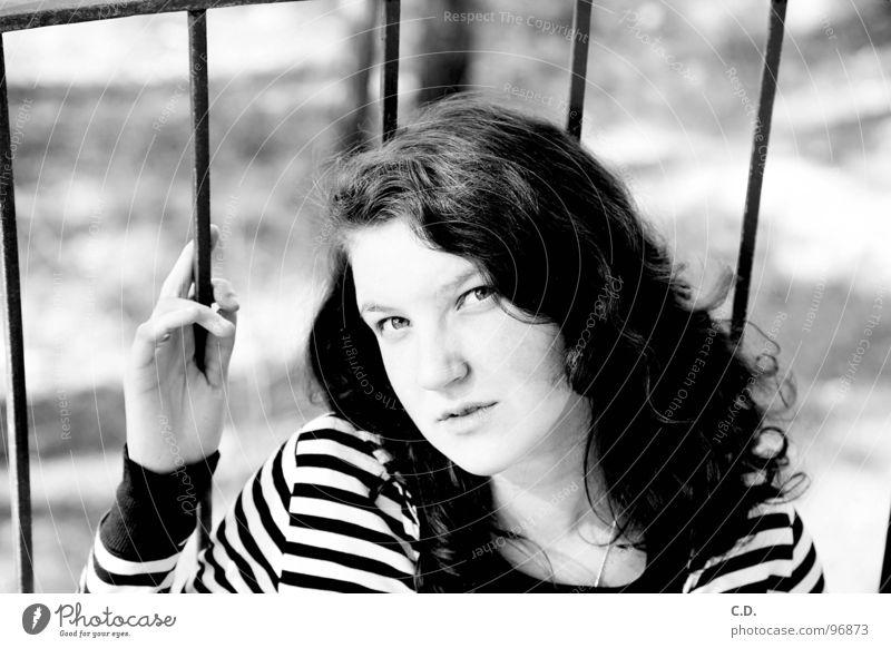 Frühling Frau Natur Jugendliche Hand weiß schwarz Gesicht Auge Gefühle Denken Balkon Locken gestreift Gitter April Rostock