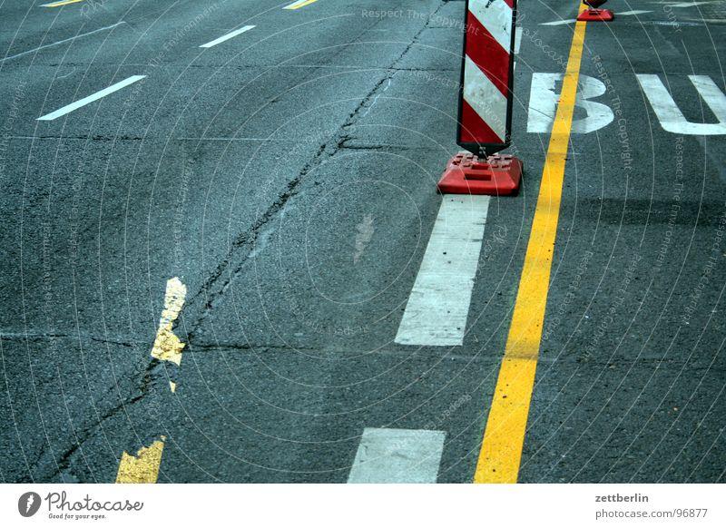 StVO : Straßenverkehrsordnung {f} = Highway Code Stadt Auge Linie Schilder & Markierungen Verkehr Kommunizieren Güterverkehr & Logistik Asphalt Verkehrswege