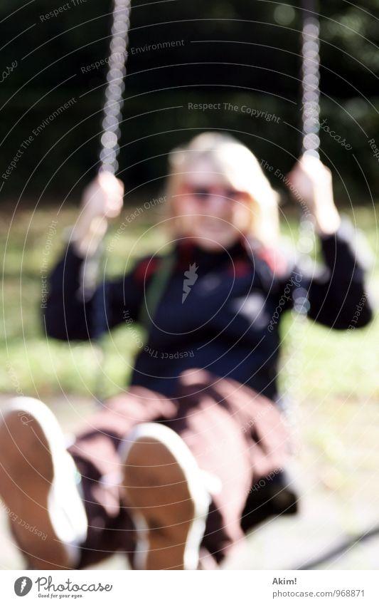 Mit Schwung Mensch Frau Kind Jugendliche Junge Frau Freude 18-30 Jahre Erwachsene Leben feminin Spielen Freiheit Park Freizeit & Hobby Zufriedenheit 13-18 Jahre