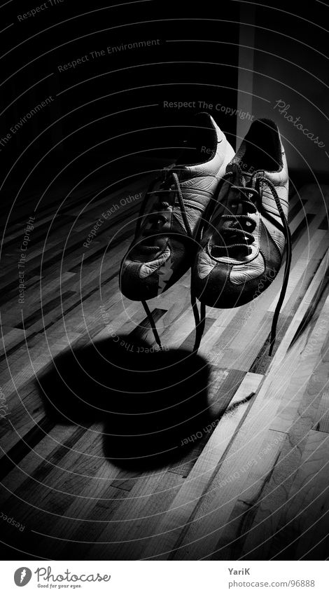 beflügelt weiß schwarz grau Schuhe Raum fliegen Bodenbelag geheimnisvoll gruselig obskur Geister u. Gespenster Turnschuh Schweben Parkett Zauberei u. Magie