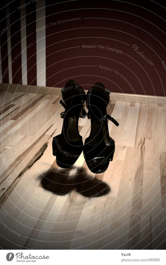 ghost-queen weiß schwarz grau Schuhe braun Raum fliegen Bodenbelag geheimnisvoll gruselig obskur Geister u. Gespenster Turnschuh Schweben Parkett