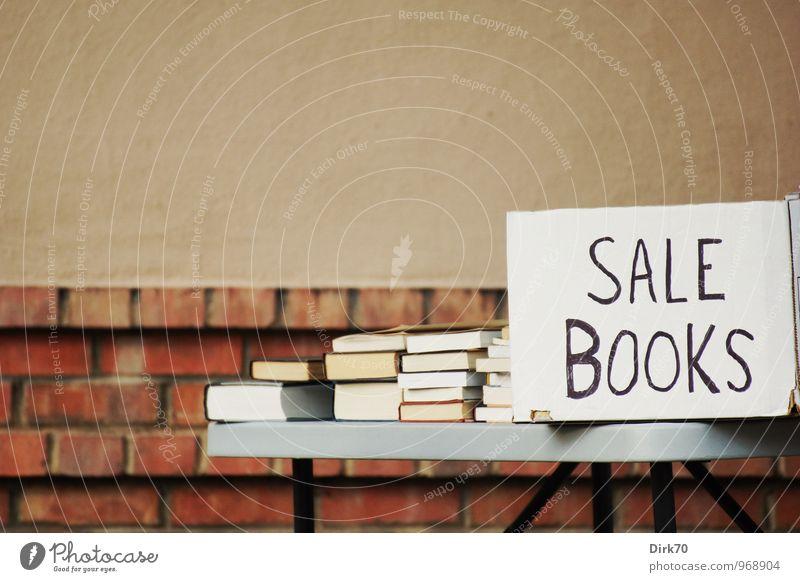Wir Schnäppchenjäger alt weiß rot schwarz Wand Mauer grau braun Schriftzeichen Tisch Buch kaufen lesen Kitsch Handel sparen
