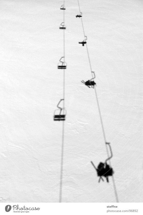 Sessellift Sesselbahn Skifahren weiß schwarz kalt Österreich Nervenkitzel Aktion Après-Ski Winter Seilbahn Schwarzweißfoto Schnee hoch Stubaital Freude Schatten