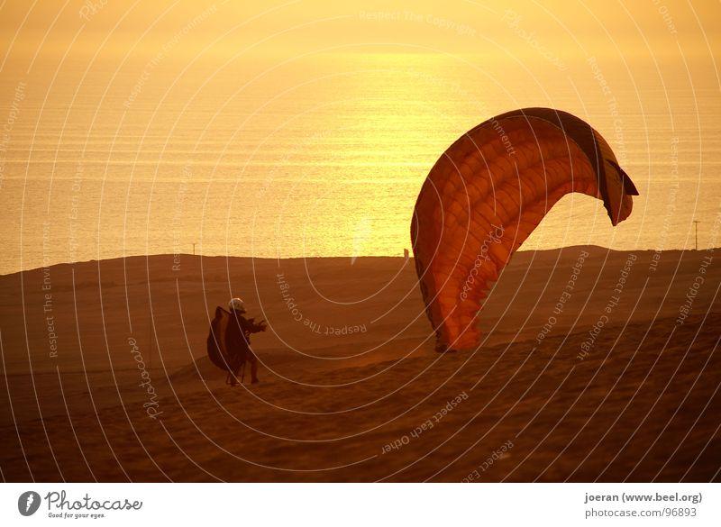 Paraglider - Fertig zum Starten Gleitschirmfliegen Abend Sonnenuntergang Beginn wegfahren Unendlichkeit Schwerelosigkeit Schweben Luftverkehr Sport Spielen