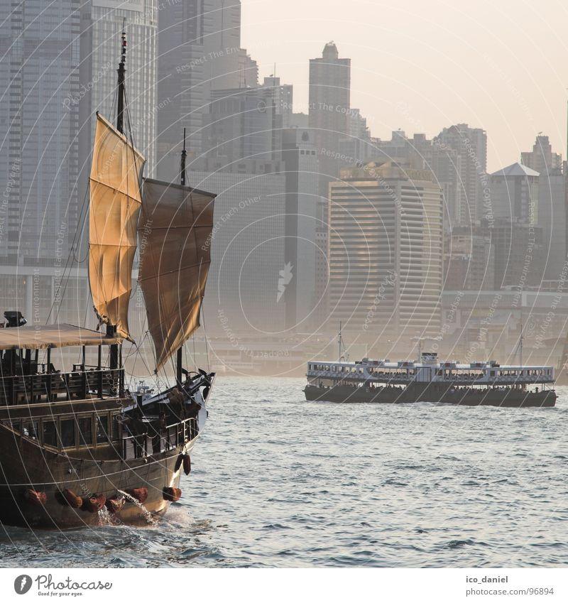 Kontraste - Hong Kong Städtereise Haus Wasser Nebel Fluss Skyline Hochhaus Gebäude Schifffahrt Fähre Wasserfahrzeug fahren alt modern neu Hongkong Dschunke