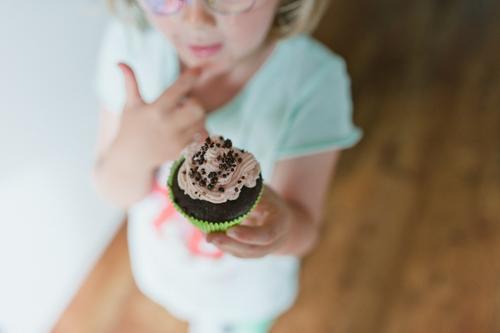 Cupcake Mensch Kind Essen Lebensmittel Wohnung Raum Häusliches Leben Ernährung Speiseeis Kochen & Garen & Backen Küche lecker Süßwaren Übergewicht Kleinkind