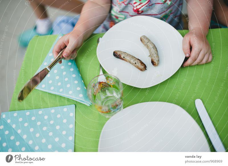 Grillzeit Mensch Kind Hand Gesunde Ernährung Essen Gesundheit Lebensmittel Wohnung Häusliches Leben Kindheit Arme Küche Übergewicht Geschirr Kleinkind