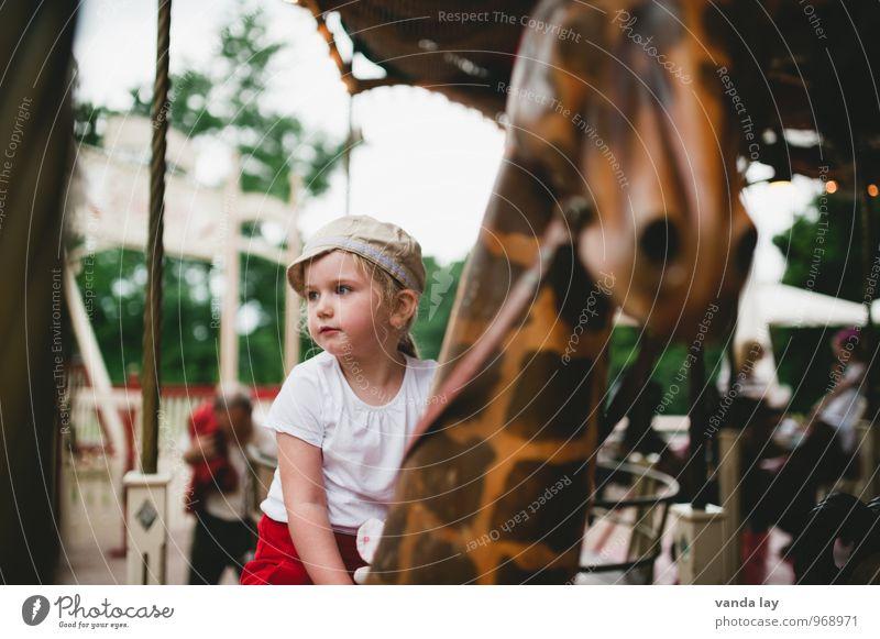 Karussell Freizeit & Hobby Veranstaltung Oktoberfest Jahrmarkt Mensch Kind Mädchen Kindheit 1 1-3 Jahre Kleinkind 3-8 Jahre Mütze Giraffe Karussellpferd Reiter