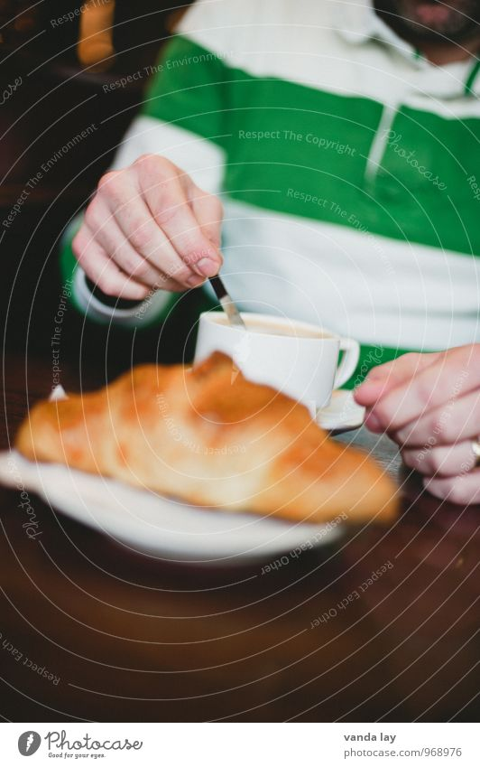 Französisches Frühstück Mensch Jugendliche Mann Junger Mann Erwachsene Essen Lebensmittel Wohnung Raum Häusliches Leben Ernährung Getränk trinken Kaffee Küche