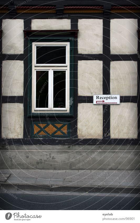 Ich bin euer Herbergsvater ! Fachwerkfassade Gebäude Fenster Wand Haus Fachwerkhaus Hotel Bürgersteig Bordsteinkante Teer Holz Fensterkreuz Sprossenfenster