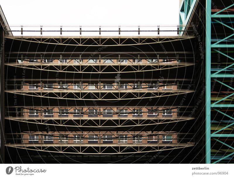 Parkhaus Haus Berlin Gebäude Metall Architektur Sicherheit Ordnung Aussicht Baustelle Stahl Etage durchsichtig Parkplatz parken Anordnung