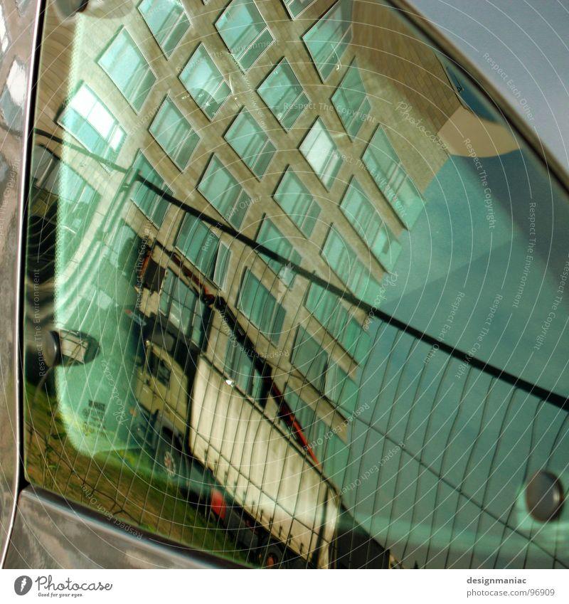 Nichts ist wie es scheint Fenster Autofenster Haus Zaun Hochhaus blau-grün grau Barriere Findet Nemo Muster kariert Autositz Zukunft außerirdisch krumm quer