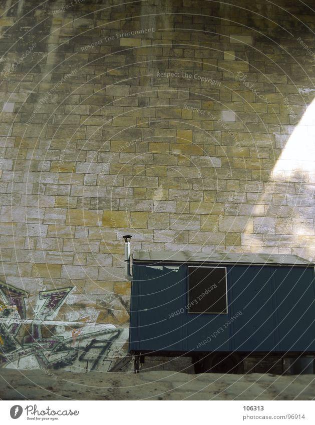 RUMPELKAMMER blau Stadt Einsamkeit schwarz Fenster Wand Graffiti Stein Arbeit & Erwerbstätigkeit Feste & Feiern Tür leer Brücke Baustelle fahren Dach