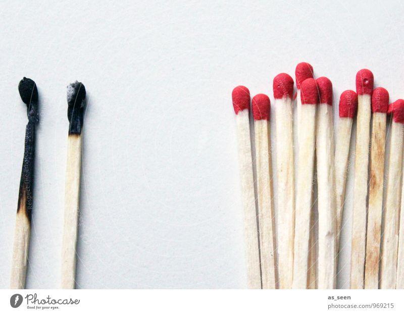 Ausgrenzung Rauchen Feste & Feiern Geburtstag Streichholz Holz authentisch einfach heiß hell trocken rot schwarz weiß Menschengruppe Gruppenzwang Brand