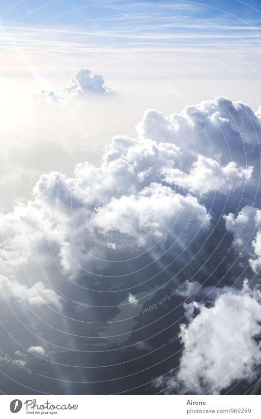 trübe Aussicht Himmel Wolken Gewitterwolken Sonnenlicht Schönes Wetter schlechtes Wetter See Luftverkehr Flugzeugausblick fliegen leuchten Freundlichkeit