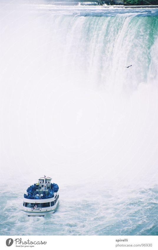 Niagara Fall Ferien & Urlaub & Reisen Sightseeing Wasser Wasserfall Wahrzeichen Schifffahrt Kreuzfahrt Bootsfahrt Fähre Wasserfahrzeug hoch nass blau weiß
