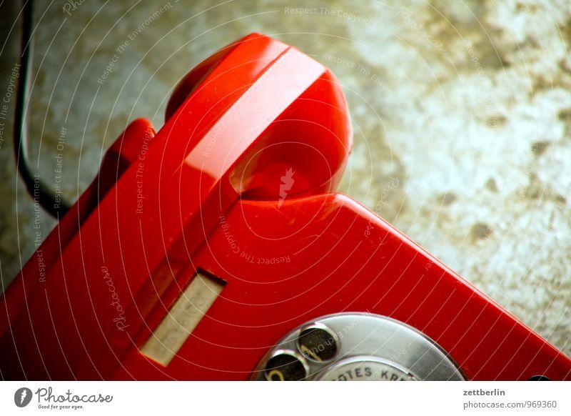 Telefon again alt rot sprechen Technik & Technologie Kommunizieren Telekommunikation Telefon Kontakt Verbindung analog wählen Telefongespräch Telefonhörer Wählscheibe Tischfernsprecher Telefonkabel