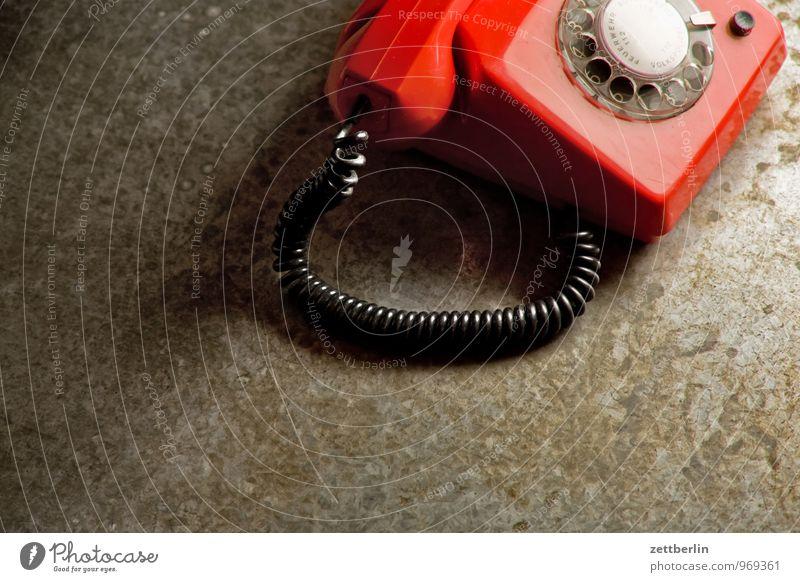Telefon, rot sprechen Berlin Kommunizieren Textfreiraum Telekommunikation Ziffern & Zahlen Kabel Kunststoff wählen Telefongespräch Telefonhörer Wählscheibe