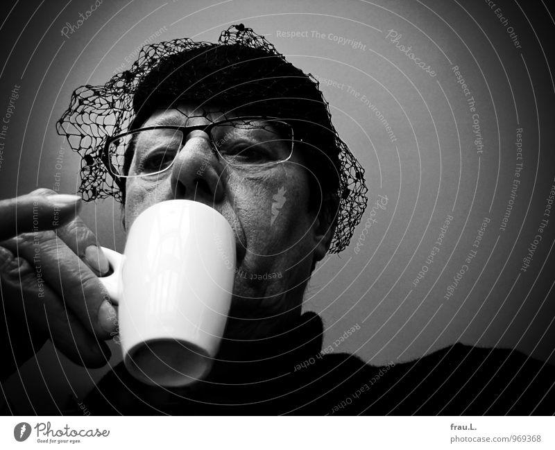 am Rand der Kaffeetasse Getränk Espresso Tasse Restaurant Mensch Frau Erwachsene Weiblicher Senior Kopf Hand 1 45-60 Jahre Brille Hut trinken alt