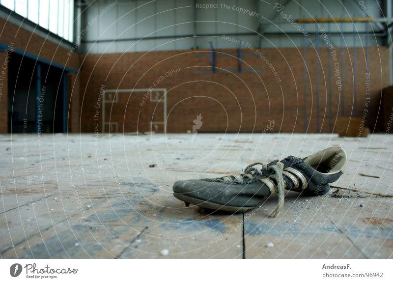 SchulSport Einsamkeit Holz Schuhe dreckig Bodenbelag Schulgebäude verfallen Ruine Turnschuh Lagerhalle Flur Turnen Staub Parkett üben