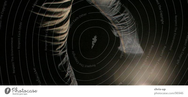 Horror Beine Mensch schwarz dunkel Beine Beleuchtung Jeanshose geheimnisvoll Falte Hose Bildausschnitt Anschnitt Faltenwurf schleichen Hosenbeine Vor dunklem Hintergrund Indirektes Licht