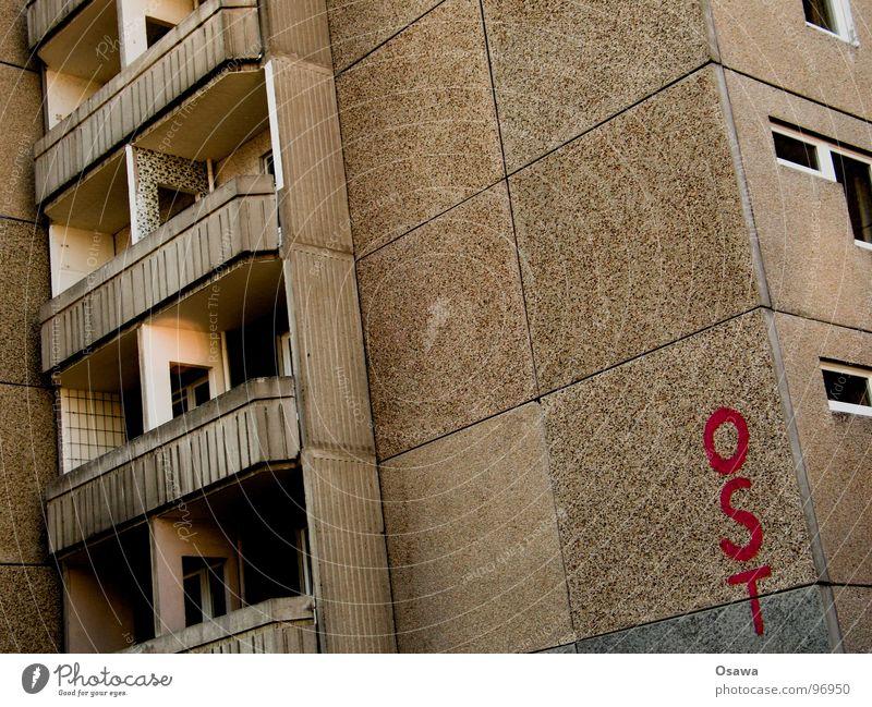 Kost the Osten Plattenbau Beton drüben Balkon Fenster Wohnung Gebäude Haus Stil Friedrichshain DDR Häusliches Leben Wohngebäude Berlin Architektur