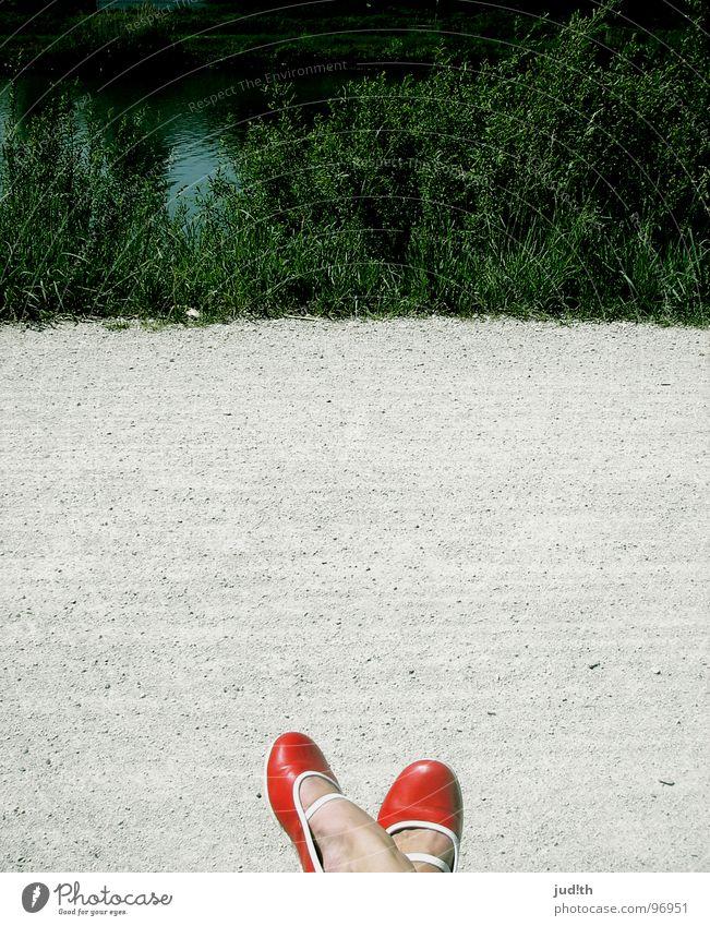 Pause. Schuhe rot wandern Gras Sträucher ruhig grün schön Fluss Bach Frau Fuß Wege & Pfade Straße laufen Abwasserkanal Stein Wasser Natur Ballerina